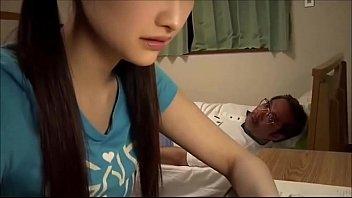 Девушка дразнит юноши и сосет огромный фаллос