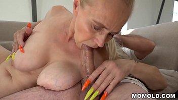 Шикарная брюнеточка обожает кровавую анальную порно