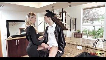 С большими сиськами мамуля пытаясь для сынули на камеру теребит свою заросшую лобковыми волосами половую щелочку