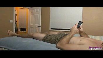 Мама с большими буферами дрочит член парня на кровати