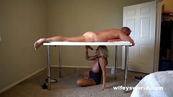 Девушка в очках и белых нейлоновых чулках занимается поревом с спутником на кровати