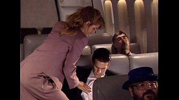 Мужик ебет на диванчика тонкую шлюху-блондинку в повязке для сна