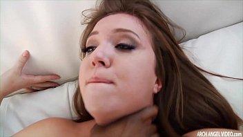 Жопастая милашка наслаждается жестким сексом с наглым парнем