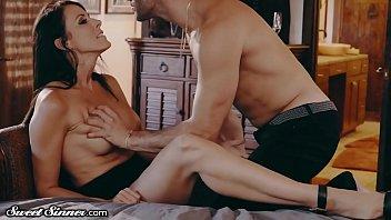 Абитуриентка с бритыми половыми губами занимается с спутником больным, анальным сексом