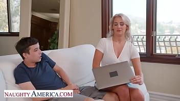 Молодая блонда устраивает горячее анальное соло в душе комнате