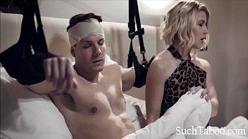 Развратная зрелая в клетчатом платье порется с партнером и сидит вагиной на блядской мордашке