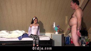 Любовник с татухами на теле насаживает на хуй ротик спортсменки в рваных лосинах