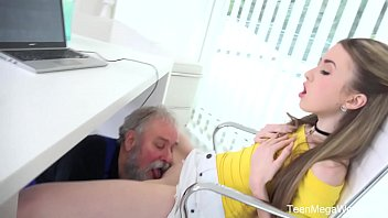 Групповое секса: загорелая шлюха могло впитывает в себя члены и трахает раком