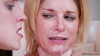 Томно трахает русскую женщину в рот и пизду на камеру