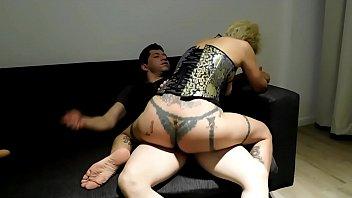 Анальный трах на полу с татуированной красавицей после массажа