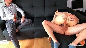 Голая девчоночка вставляет для себя искусственный пенис лежа на столе
