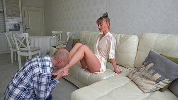 Паренек онанирует гладко выбритую вагину блондинки с великолепной растяжкой