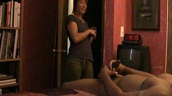 Не ревнивый муж отправил мужчине на стояк юного гостя
